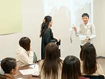 この学科の学びは、歴史や流行、グローバルビジネスなど幅広くファッションとの関わりを探究するので、卒論テーマも多様な領域分野で設定されていることが特徴。4年間